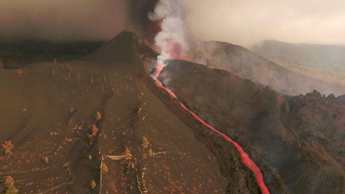La Palma volcano erupts again, lava near the sea
