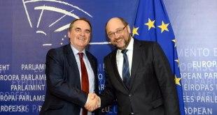Timothy Kirkhope spolu s predsedom EP Martinom Schulzom