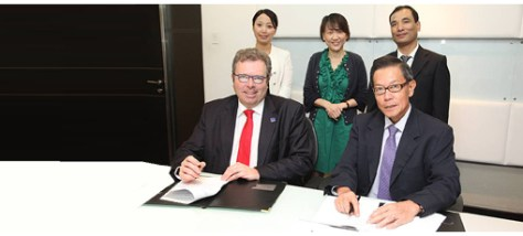 Signature of the agreement: Seated: Mr Filip Geerts, Director general of CECIMO and Mr James Chia, Chairman of MP International Standing: Ms Cindy Pei, GM of EASTPO; Ms Sylvia Phua, CEO of MP International; and Mr Eric Zhong, Managing director of EASTPO.