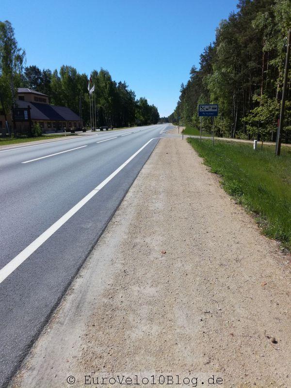 Unser Radweg besteht hier aus den 40cm Asphalt bis zur Seitenlinie