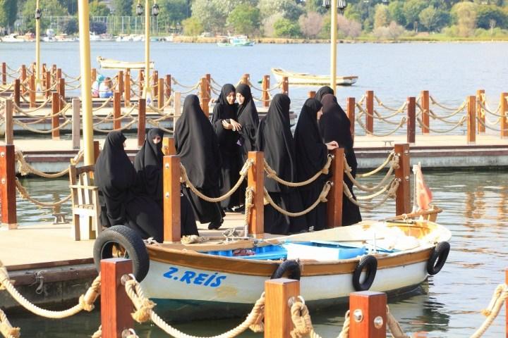 Mujeres turcas en ropa musulmana tradicional
