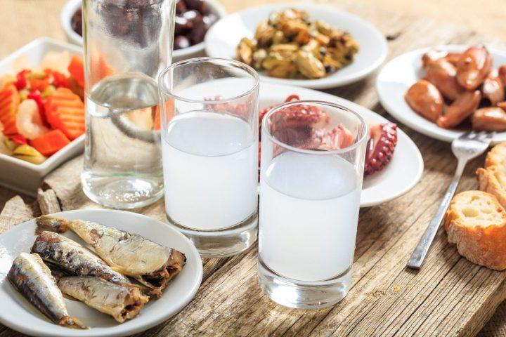 Ouzo con típicos aperitivos Griegos
