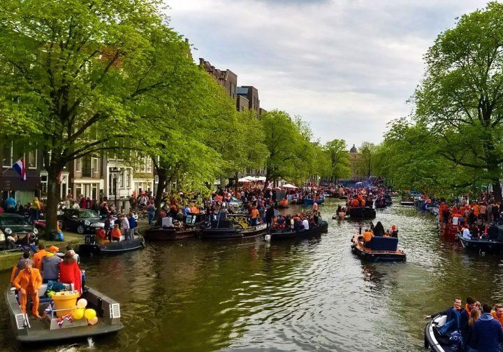 Canales de Ámsterdam durante el Día del Rey