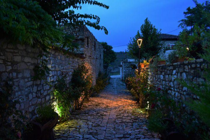 Calles y viviendas en el castillo de Berat (3)