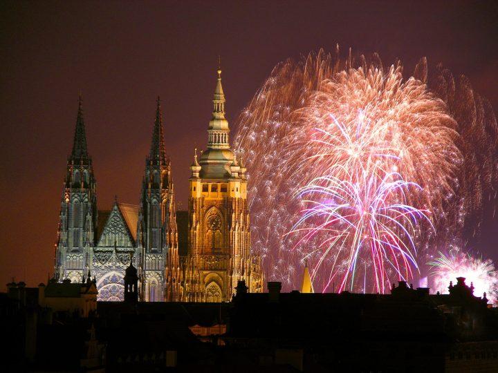 Espectacular vista del Castillo de Praga en nochevieja artificiales en Praga