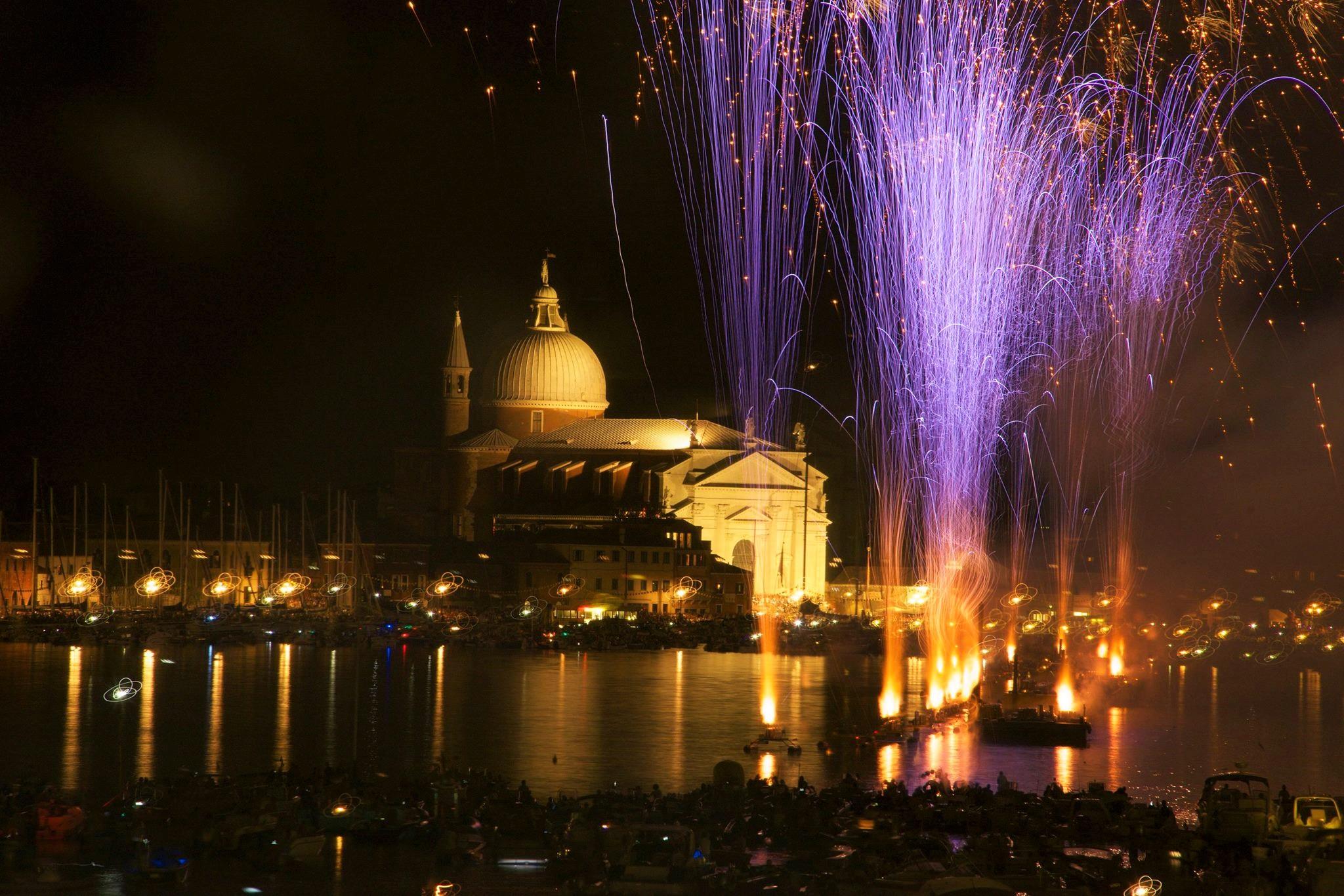 Fuegos artificiales en los canales de Venecia