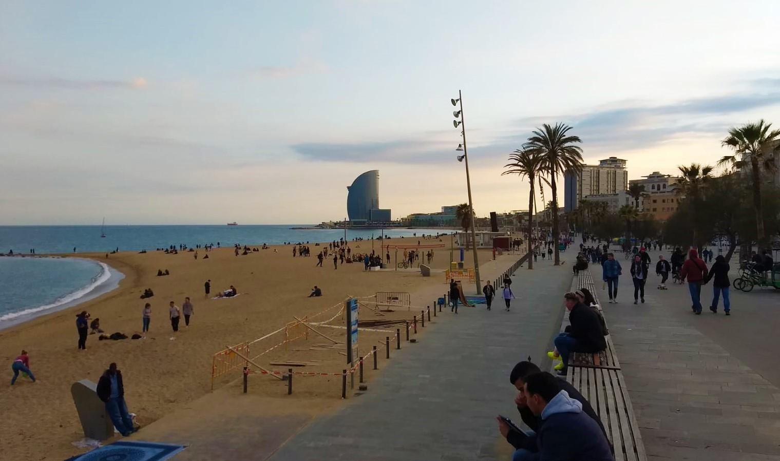 Todavía queda gente apurando las últimas horas en la playa