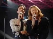 en-1987-umberto-tozzi-et-raf-chantent-gente-di-mare-pour-l-italie