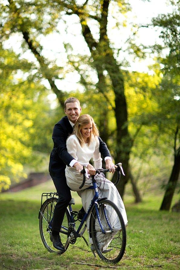 Ślubna sesja w plenerze z rowerowym akcentem