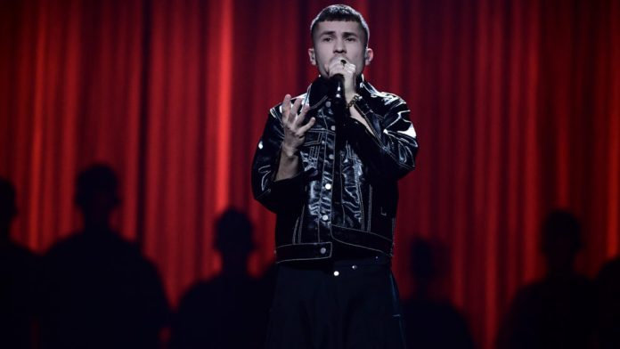 Paul Rey na scenie w Göteborg podczas półfinału Melodifestivalen 2020 (fot. SVT)
