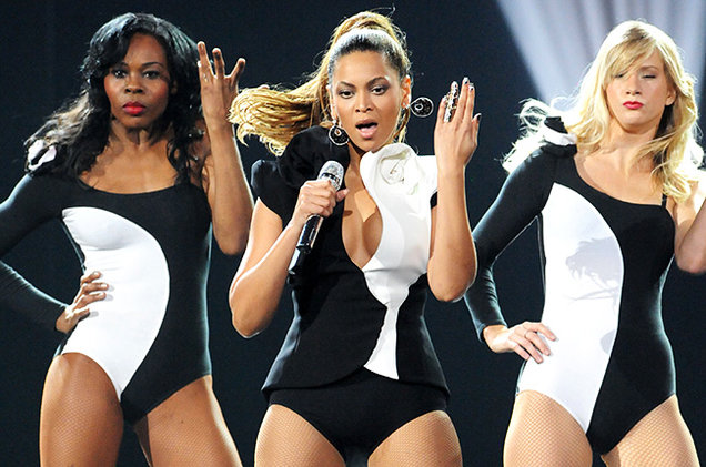 Heather Morris (R) dances background for Beyonce at the 2008 American Music Awards