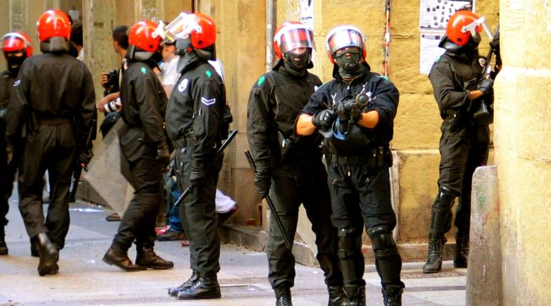 Un detenido por atentado contra agentes de la autoridad y ocho expedientados en el desalojo de una discoteca,