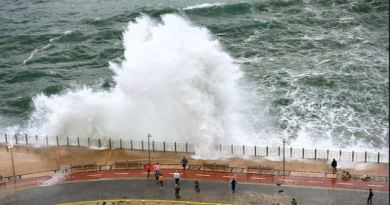 Lekeitio acordona su puerto debido al fuerte oleaje,