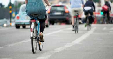 Un ciclista arrolla a un viandante y se niega a prestarle ayuda,