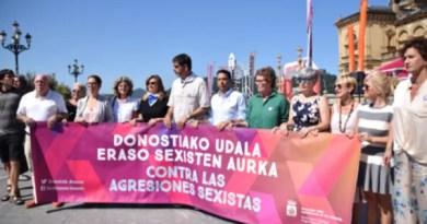 Denuncian las últimas agresiones sexistas en Donostia con una concentración frente al Ayuntamiento,