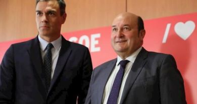 Sánchez y Ortuzar firman el acuerdo de Investidura en el Congreso,