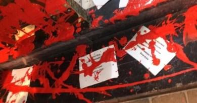 "Arrojan pintura roja y pasquines con la palabra ""asesinos"" en la vivienda de la socialista Idoia Mendia,"