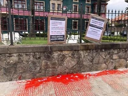 """El PNV denuncia el ataque al batzoki de Urduliz contra el que han arrojado pintura y colocado """"carteles ofensivos"""","""