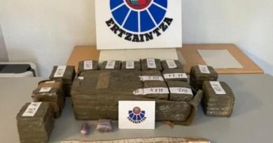 Localizan en Donostia 74 kilos de marihuana y 30 de hachís en un vehículo dado a la fuga en un control,