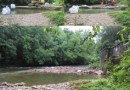 Demuelen la presa de la antigua papelera del Leitzaran en Andoain,
