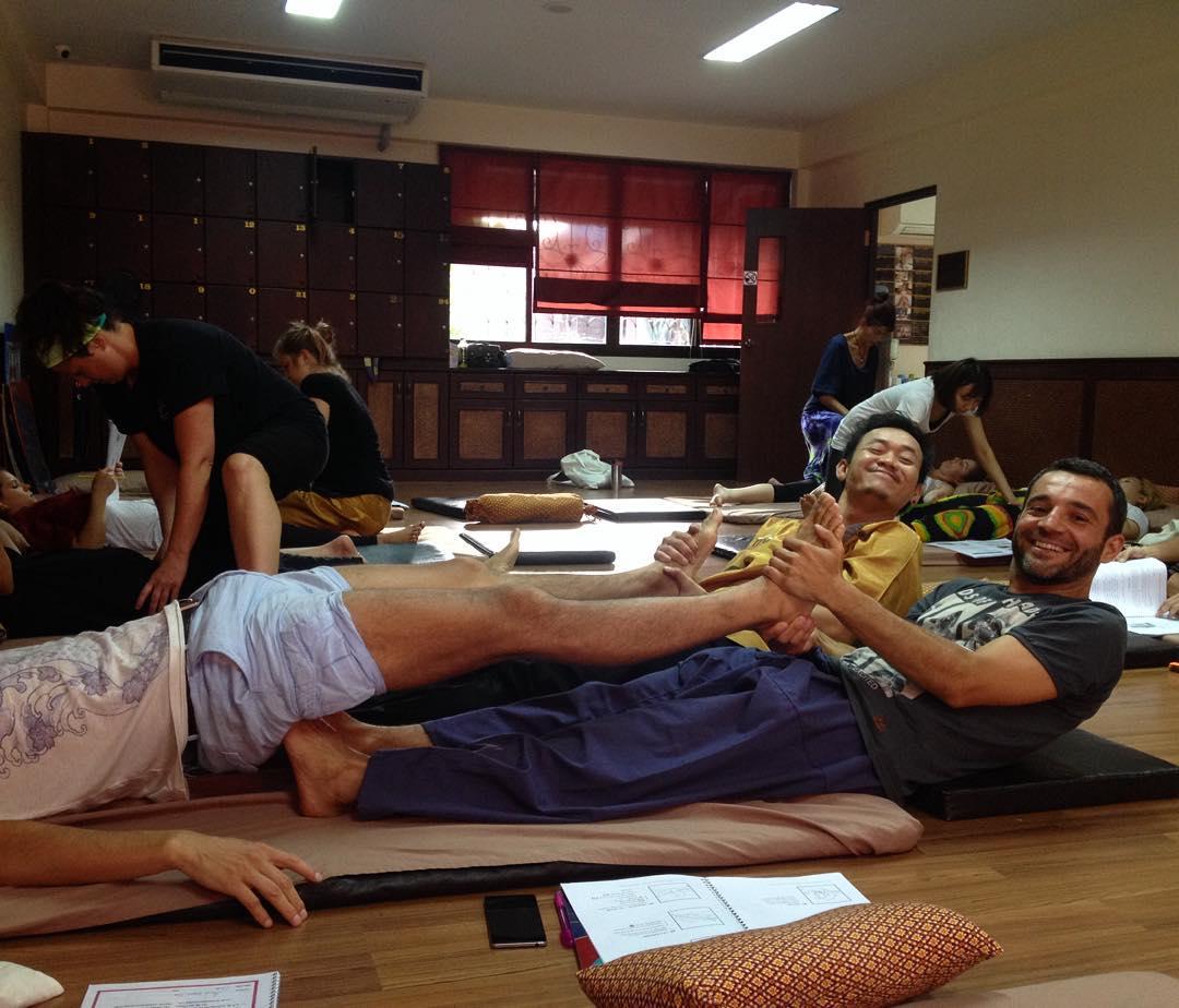 Melhor coisa que pode acontecer na aula de massagem: vc tá de cobaia pra alguém praticar um movimento enquanto o professor faz a demonstração do outro lado do corpo! #4mãos4pés #sabaitai #eusouatoa #thaimassage #chiangmai #thailand