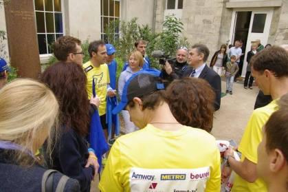 Les coureurs sont accueillis par Son Excellence Monsieur Oleg SHAMSHUR, Ambassadeur d'Ukraine en France au Square Schevtchenko, Paris