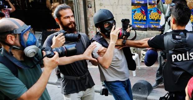 Δημοσιογράφοι συλλαμβάνονται αφού τρώνε τα δακρυγόνα με τον τόνο. Να μάθετε να μην τα βάζετε με την εξουσία παράσιτα...