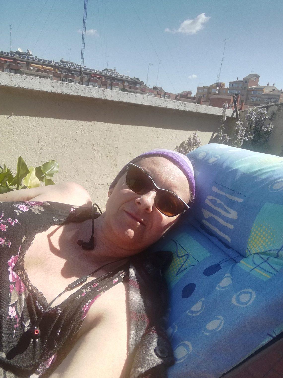 decidí tumbarme en la hamaca en la terraza con los cascos puestos y descansar mi cuerpo dolorido.
