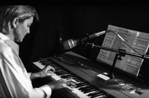 Ella toca el piano