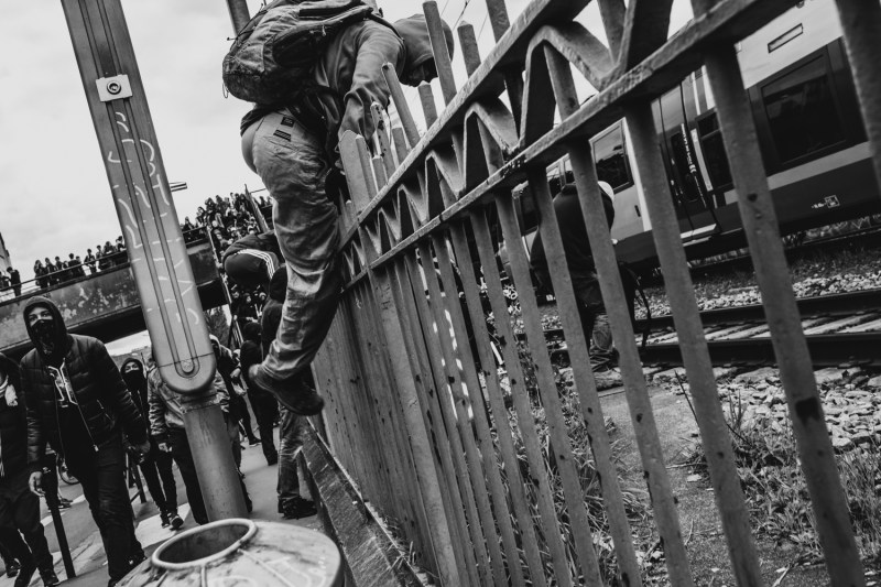 Un jeune passant par dessus la barrière de sécurité.