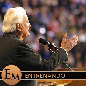 predicador hablando con poder a una multitud