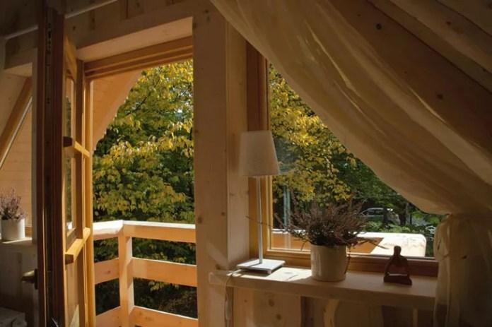 charming-small-log-cabin-balcony