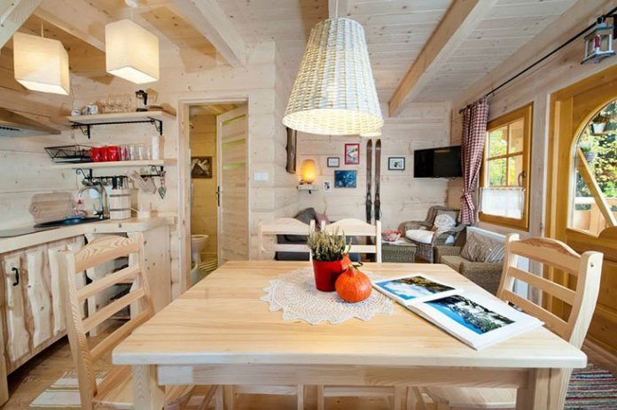 charming-small-log-cabin-dining