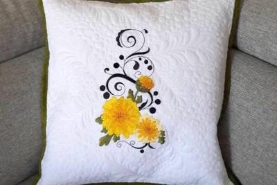 Bílý dekorační polštář s květinou