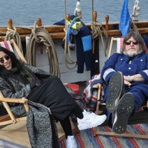 Loreen och Ebbot i stolstolar på däck.