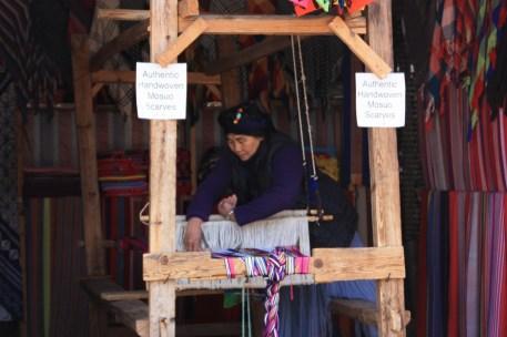 Mujer local cosiendo