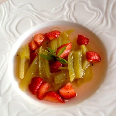 Nage de fraise et rhubarbe