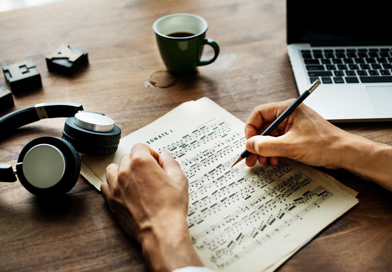Influența muzicii asupra stărilor de stres și creativității