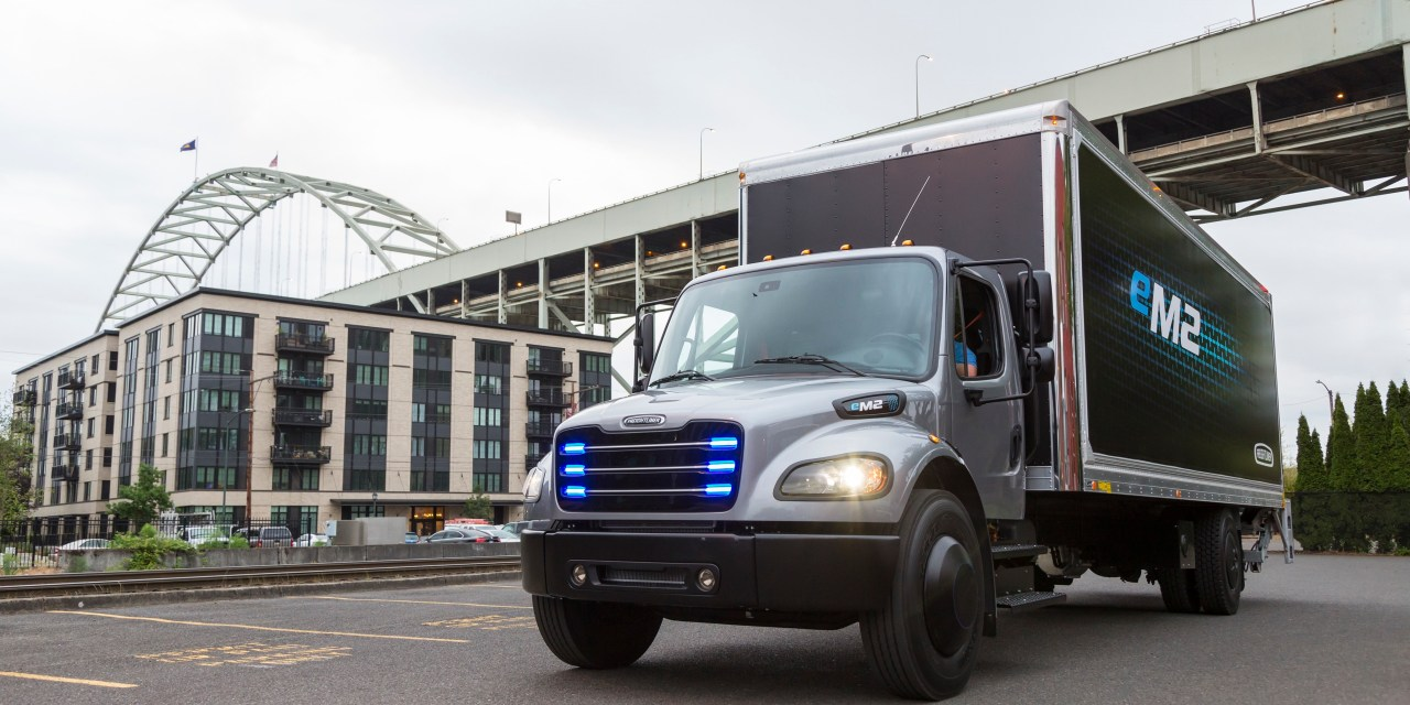 Daimler hands over first electric Freightliner truck to Penske Truck Leasing in the US