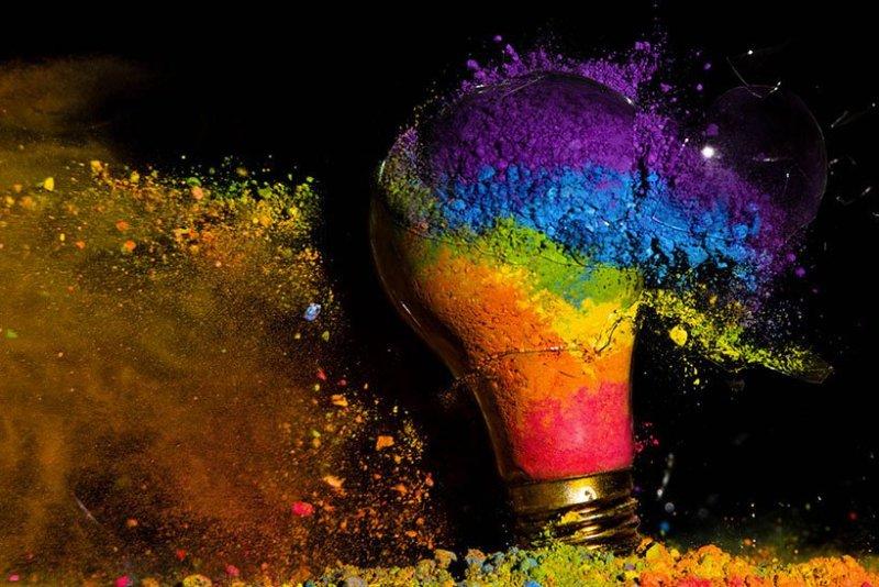 un-photographe-capture-et-sublime-lexplosion-dampoules-haute-en-couleurs1