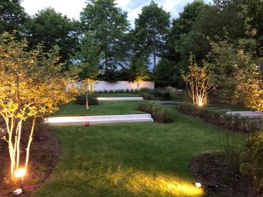 avondsfeer speelse tuin