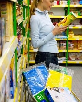 woman-shopping-reading-label
