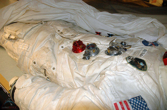 Neil_Armstrong's_Spacesuit_Lands_on-22b6e31d5fb516ccdd2ffbab27261e51
