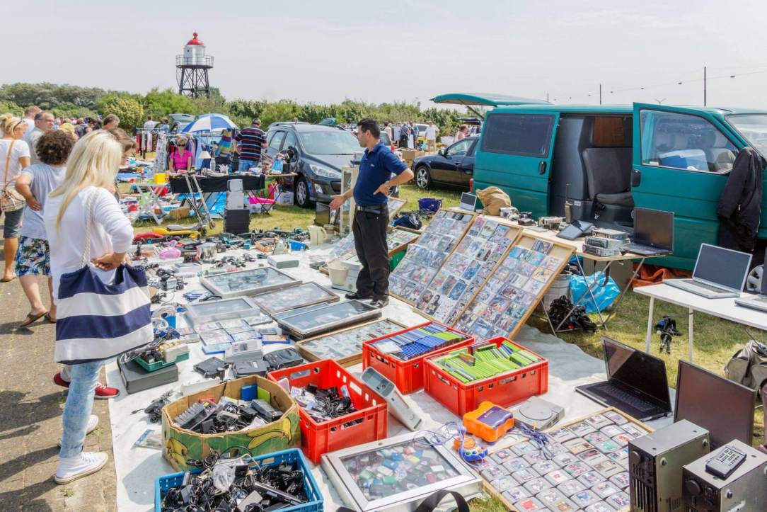 Illustratie: foto van de kofferbakverkoop Hoek van Holland in september.