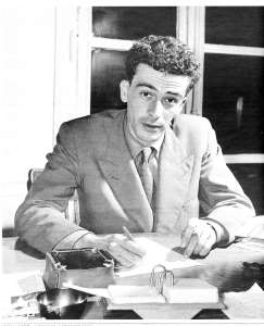 Kateb Yacine signant un autographe, 1956.
