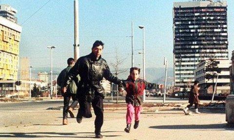 sarajevo père et fille traversant l'avenue