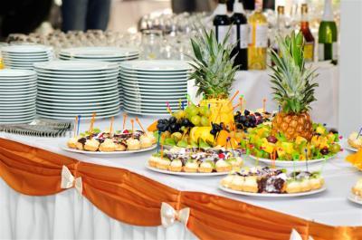 mesa de banquete servido con pequeños pasteles y frutas de lujo