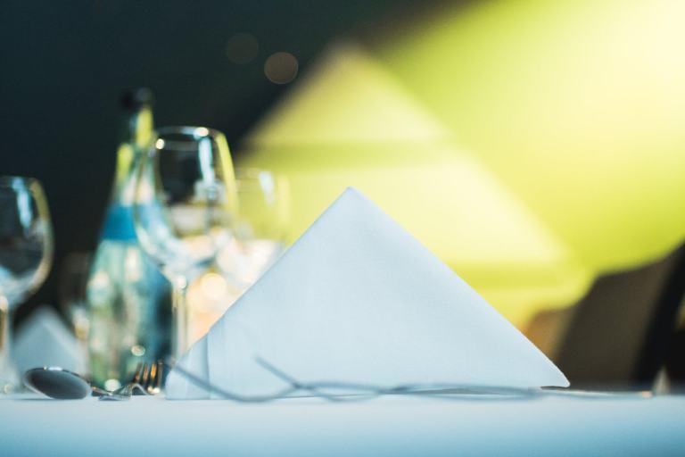 Gedeckter Tisch vor gelbem Hintergrund