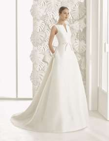 VESTIDO DE GAZAR RÚSTICO CON ESCOTE Y ESPALDA EN PICO Tejidos de máxima calidad para conseguir resultados espectacualares en la nueva colección de vestidos de novia de Rosa Clará 2017.
