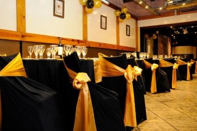 Mesas con manteles en negro y dorado
